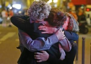 Paris hugging love